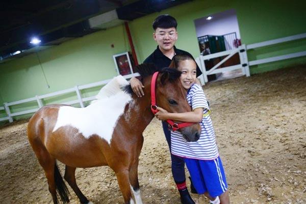 内蒙古小学生第二课堂学骑马