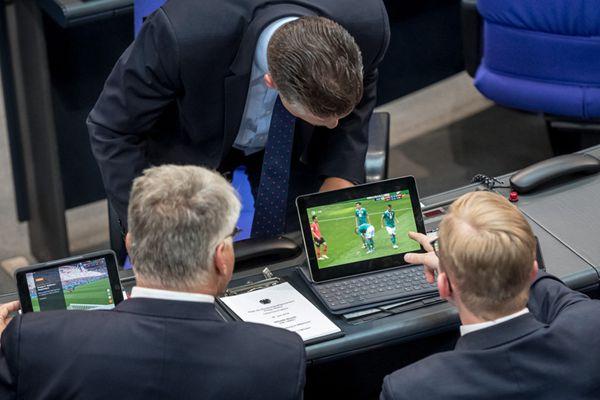 德议员开会也不忘看世界杯 围观日耳曼战车生死战情绪激动