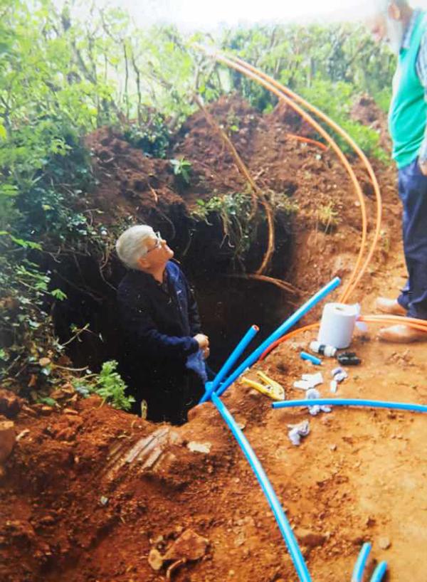 不堪龟速网络 英村民自己动手挖沟装超高速宽带