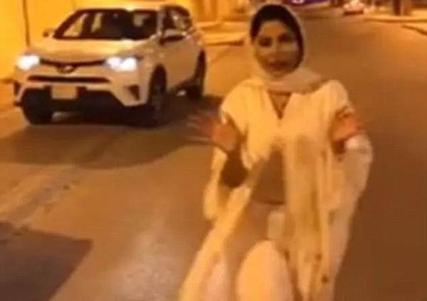 沙特女主持出镜时衣服被吹起 违反着装规定遭调查