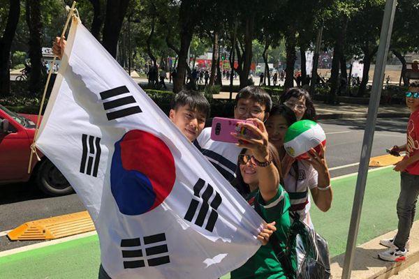 敌人的敌人是朋友 韩国球迷在墨西哥受热烈欢迎