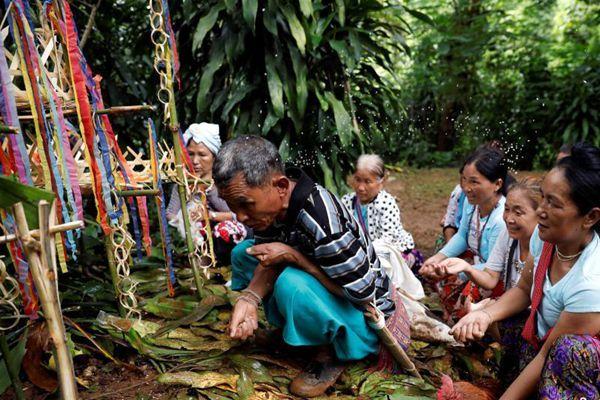 泰国13人洞穴内失联已5天 民众放生为失联者祈福