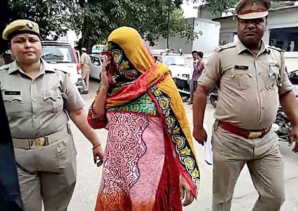 不满严格管制 印四姐妹与母亲合谋雇凶杀害警察父亲