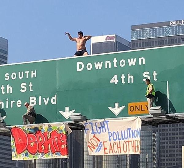 美男子仅穿四角裤爬高速公路牌 抗议环境污染致交通受阻