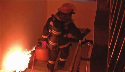 煤气罐失火 消防员拎着冲下9楼