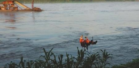 河水暴涨冲走采砂船 消防无人机抛绳营救