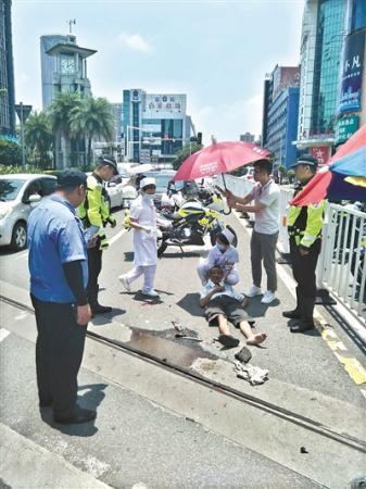 老人摔倒 警民相助