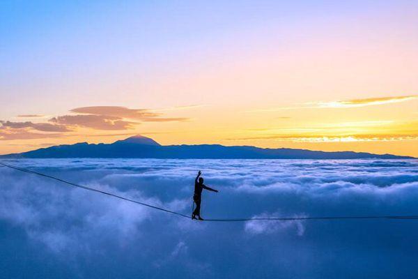 牛人在千米高空挑战惊险走绳 仿佛云端漫步
