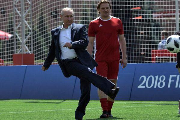 普京造访世界杯主题公园 飞脚秀球技