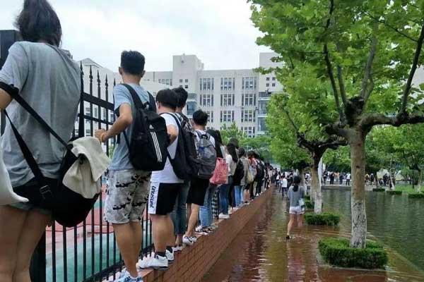 """暴雨后学校成""""海"""" 学生上课""""飞檐走壁"""""""