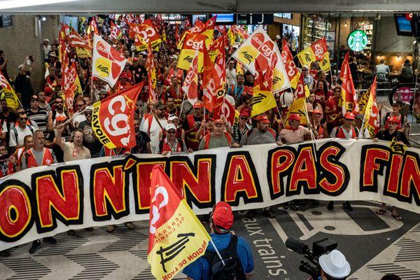 抗议法国铁路公司改革 里昂上千人游行挤满街道