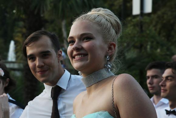 别人家的学校!俄罗斯学生街头穿礼服庆祝毕业