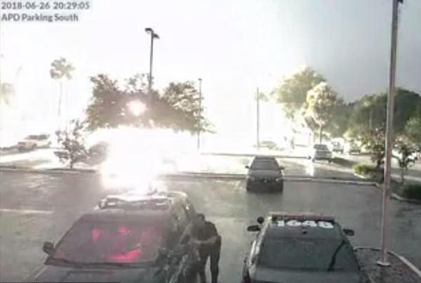有惊无险!美警察雷雨天气险遭闪电击中