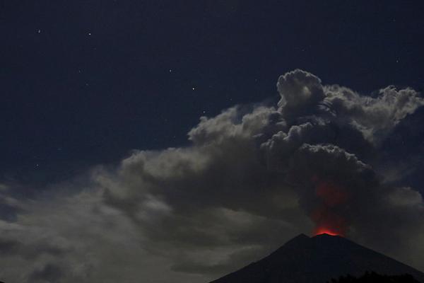 印尼阿贡火山夜间发生喷发