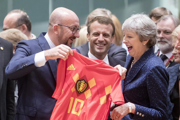 比利时胜英格兰携手晋级 两国首相欧洲峰会带球衣畅聊
