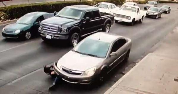 墨西哥女子横穿马路不慎滑倒 瞬间卷入车轮下