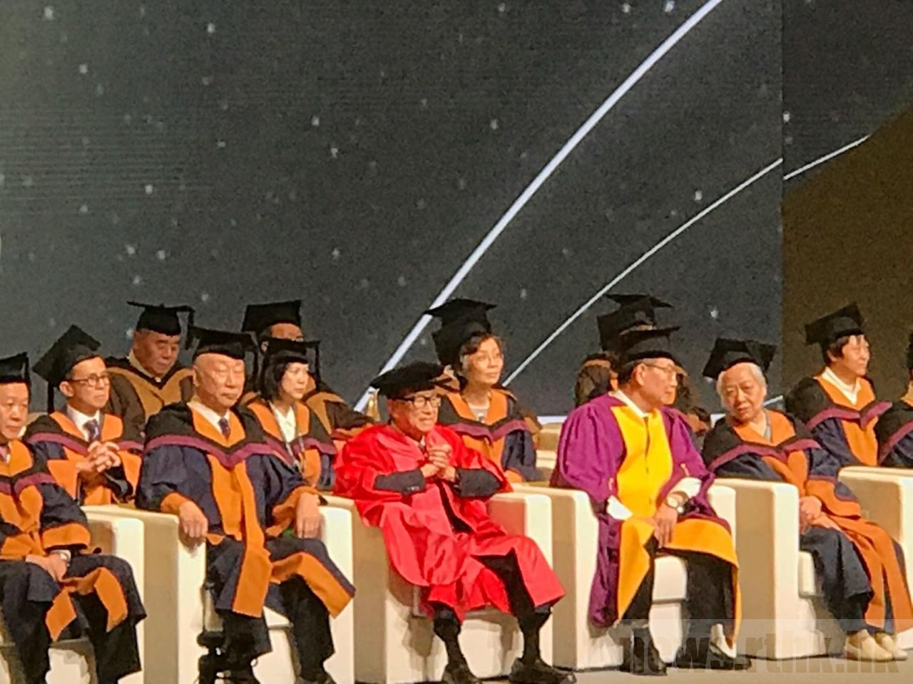 李嘉诚宣布辞去汕头大学名誉主席:为了明天,我依然会披上战衣,去思考、去行动