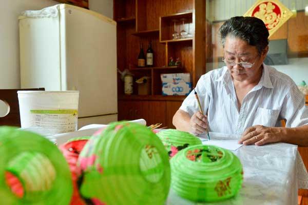 64岁非遗传承人坚持做竹灯近20年