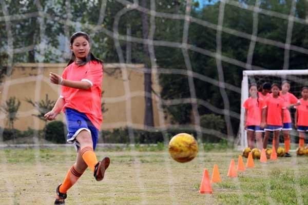 山东郯城:农家女孩的足球梦