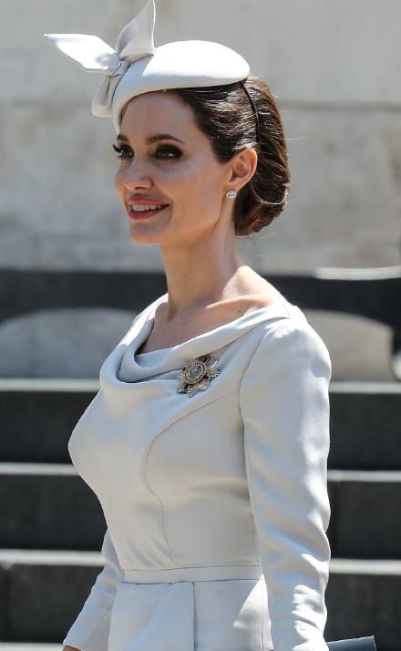 组图:朱莉裙装亮相优雅知性 身材瘦削微笑迷人