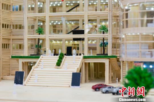 毕业生用3万根废筷制作图书馆模型感恩母校