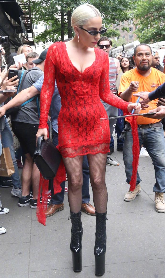 Ladygaga透视红色蕾丝包身连衣裙出街 身材内衣一览无余