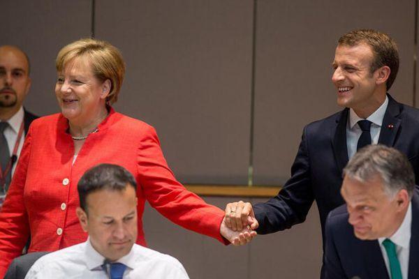 """默克尔出席欧盟领导人峰会 牵手马克龙秒变""""迷妹"""""""
