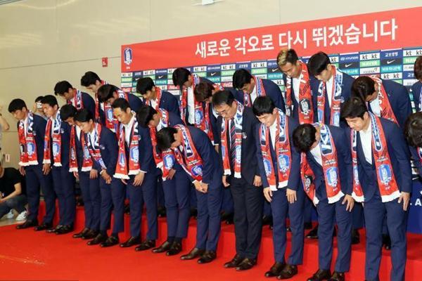 韩国男足回国接受采访 被砸鸡蛋、抱枕众将侧目