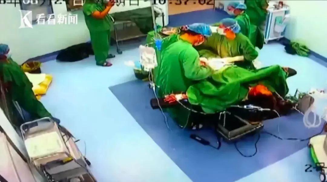 医生手术时打了两针止痛针坚持手术 倒地后发现:阑尾穿孔