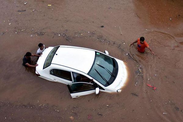 """印度多地遭暴雨袭击 汽车陷""""洪流""""之中"""