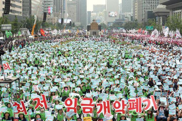 韩举行文在寅任后最大规模劳动者大会 要求废除非正式岗位
