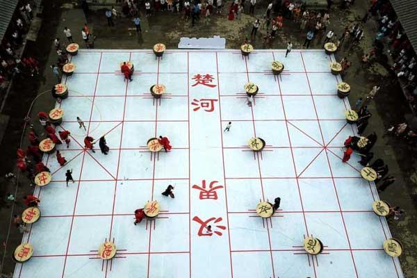 民众穿汉服变身棋子 500平米巨型棋盘上打水仗