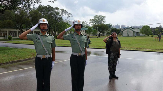 七一回归纪念日解放军驻港部队军营开放 港青对国旗敬礼