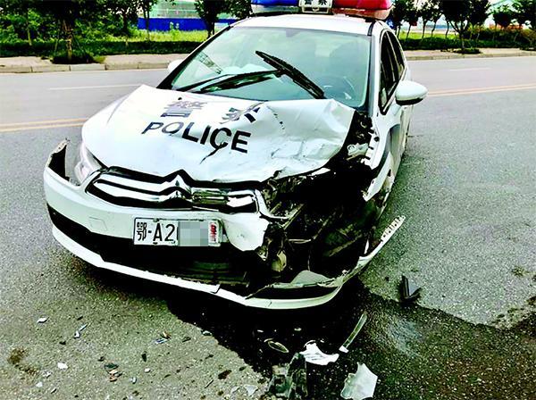 武汉盗窃男子遇夜巡民警,猛撞警车后弃车逃窜千余米累瘫