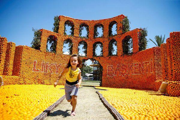 土耳其举办国际橙子节 各色主题雕塑分外吸睛
