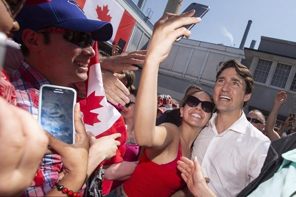 加拿大民众狂欢游行庆祝国庆日 加总理现身人群合影自拍