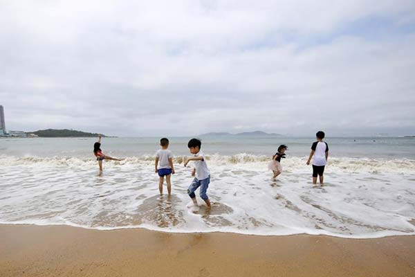 青岛:海水浴场享清凉