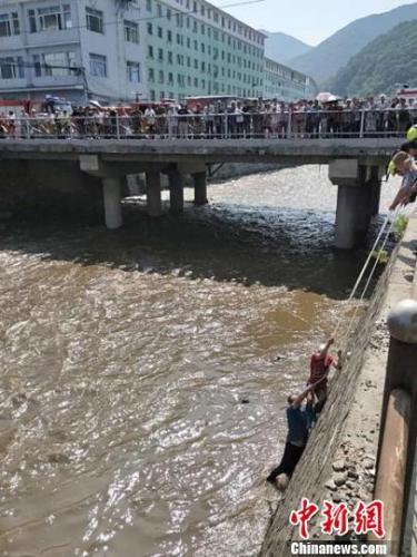 老妇河边洗衣遇河水暴涨 危机时刻森林公安伸援手