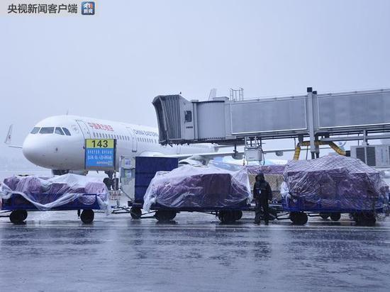 暴雨致成都机场航班大面积延误 万余名旅客滞留