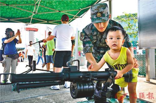 驻港部队开放日掀高潮:香港市民争睹严整军容