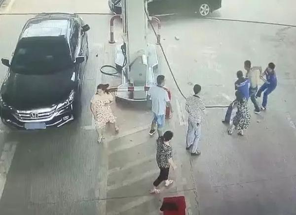 反应神速!男子欲点燃加油站,2名女员工6秒夺下油枪