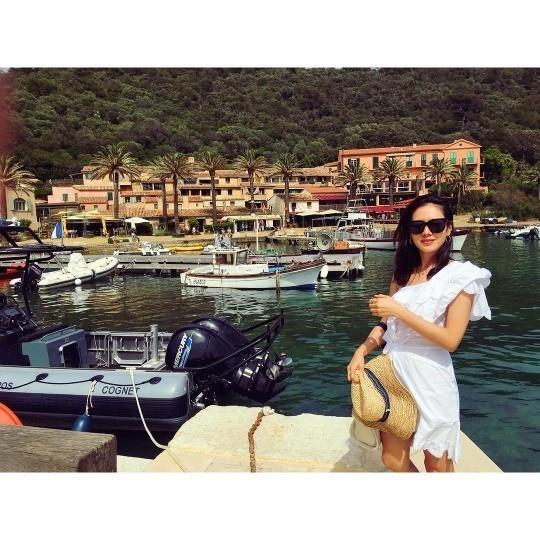 孙艺珍乘游艇出游度假 俯卧秀香肩和事业线