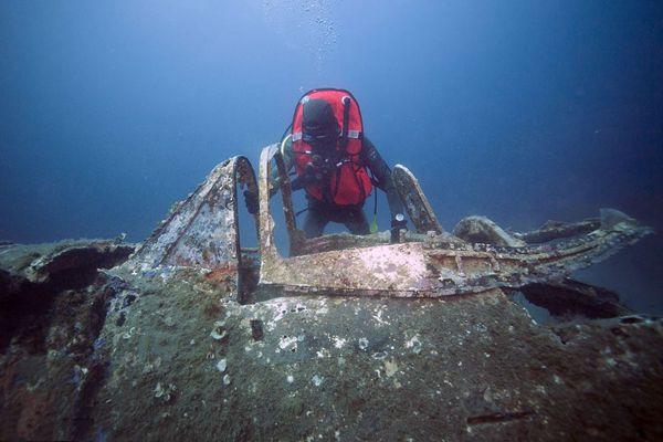 美二战战斗机残骸在法国被发现 机身布满海草
