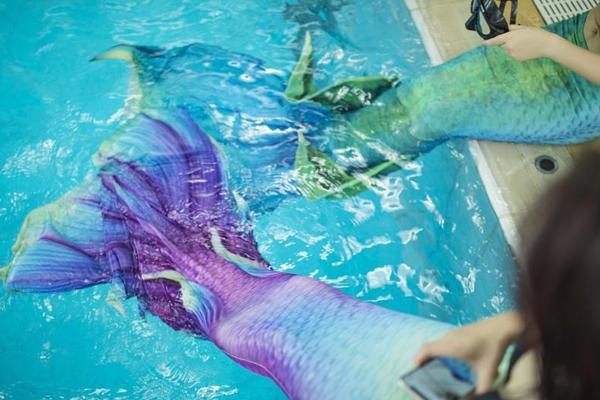 广州一游泳池开设美人鱼课程 吸引女孩前来学习