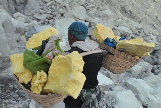 炽热蒸汽弥漫 印尼硫磺矿工工作环境艰苦