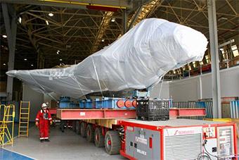 美国为英国输送战机用船运 包裹严实很神秘