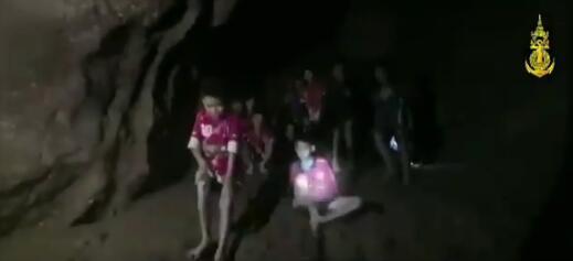 泰国军方:将为足球队困在洞中的13人提供4个月食物和潜水训练