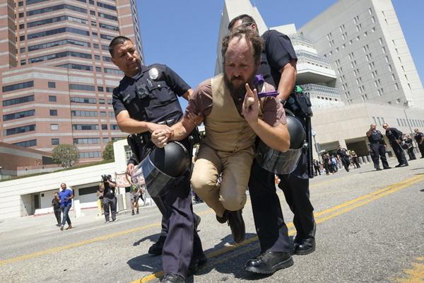 """美国洛杉矶民众集会抗议""""骨肉分离"""" 数人被逮捕"""