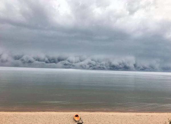 震撼!美密歇根州惊现滩云压境奇观