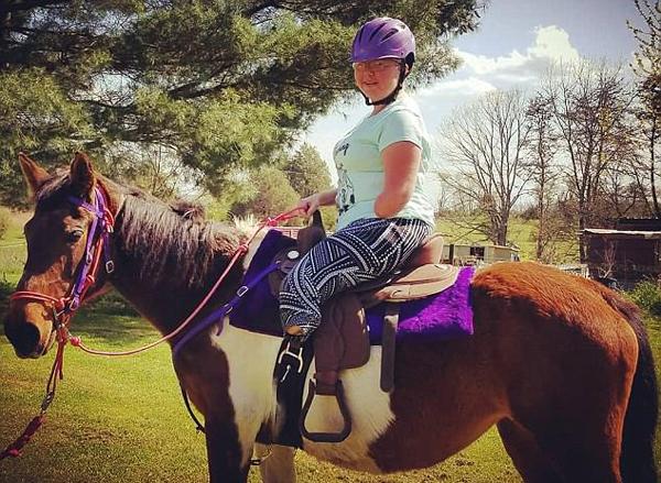 励志!美女子酷爱骑马 患病截肢后仍勇骑马背